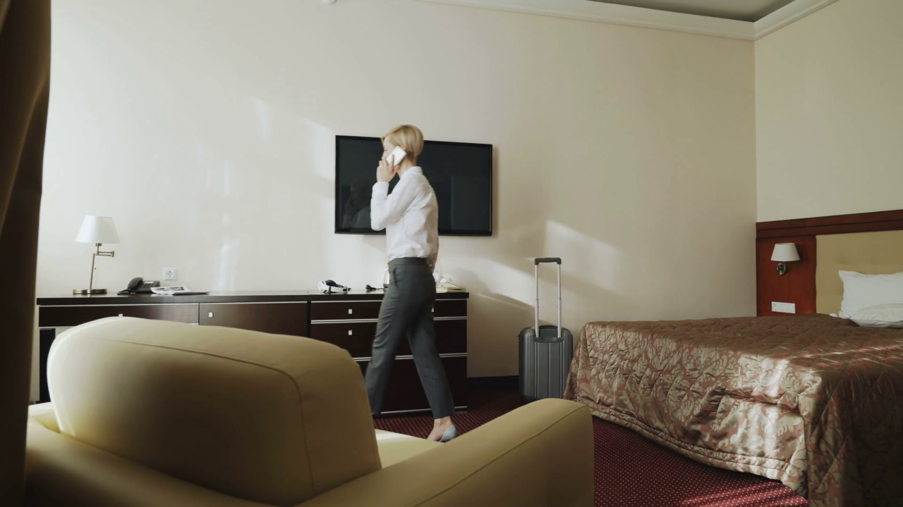 https://hotelier.com.py/wp-content/uploads/2019/07/videoblocks-confident-businesswoman-talking-on-mobile-phone-while-walking-around-hotel-room-travel-business-and-people-concept_hzqadct7if_thumbnail-full01-1280x720.png